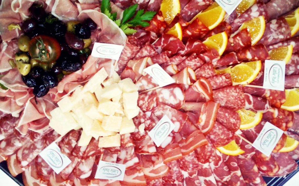 Little Italy Food Antipasti-Platte mit Oliven, Käse, Salami und Orangen