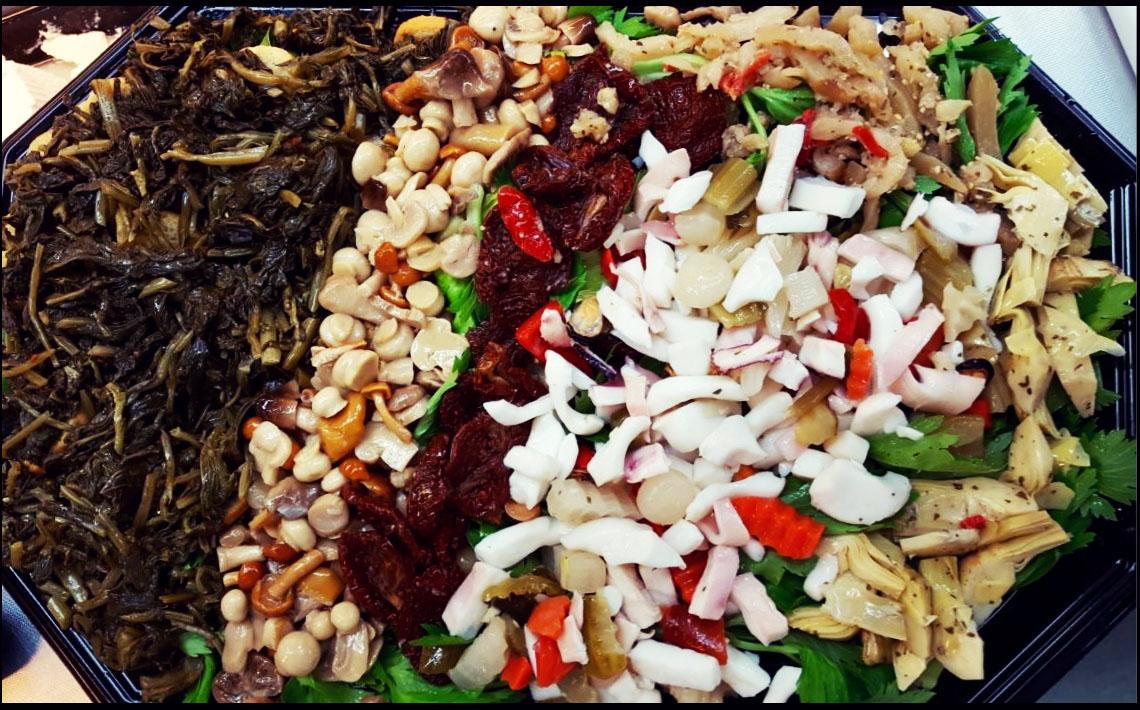 Little Italy Food Antipasti-Platte mit Meeresfrüchten, Pilzen, Artischocken und Auberginen