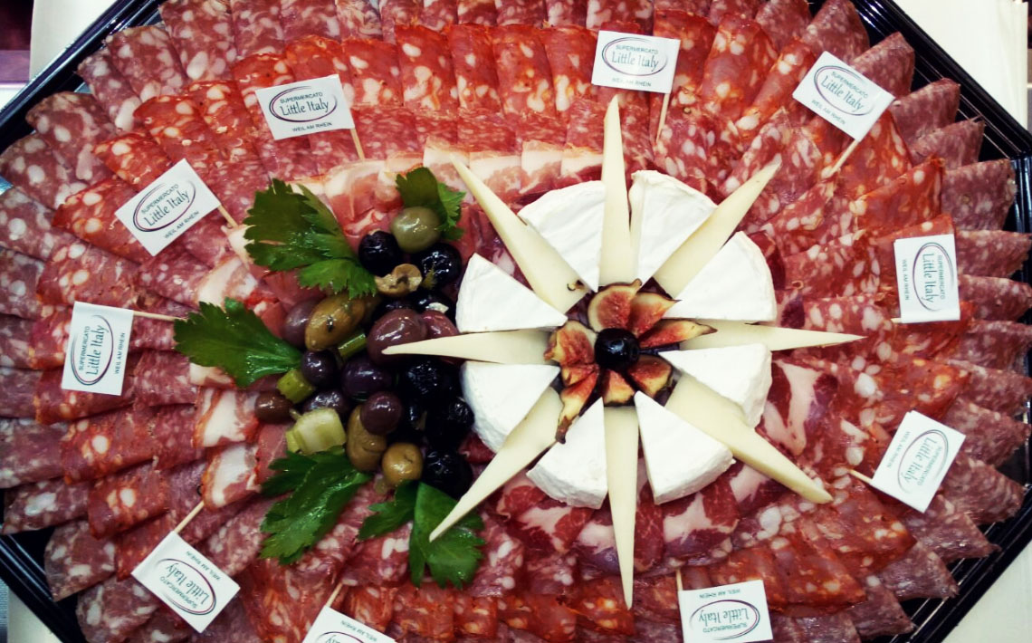 Little Italy Food Antipasti-Platte mit Oliven, Mozarella, Feigen, Salami